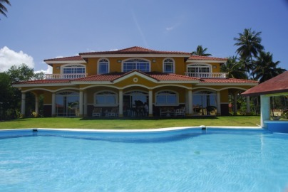 Villa 5+2 habit., de lujo frente a la playa